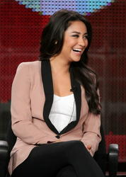 http://img143.imagevenue.com/loc576/th_14148_pretty_little_liars_tca_panel_8_122_576lo.jpg