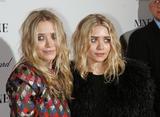 Olsen twins (Сестры Олсен: Мэри-Кейт и Эшли) - Страница 5 Th_95562_mary-kate_and_ashley_olsen_nine_premiere_tikipeter_celebritycity_024_123_599lo