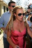 th_02313_brit057sandino_122_654lo - Britney Spears va mieux, son décolleté aussi