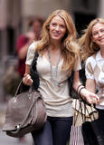 th_07220_Blake_Lively_on_the_set_of_Gossip_Girl-008_122_744lo.jpg